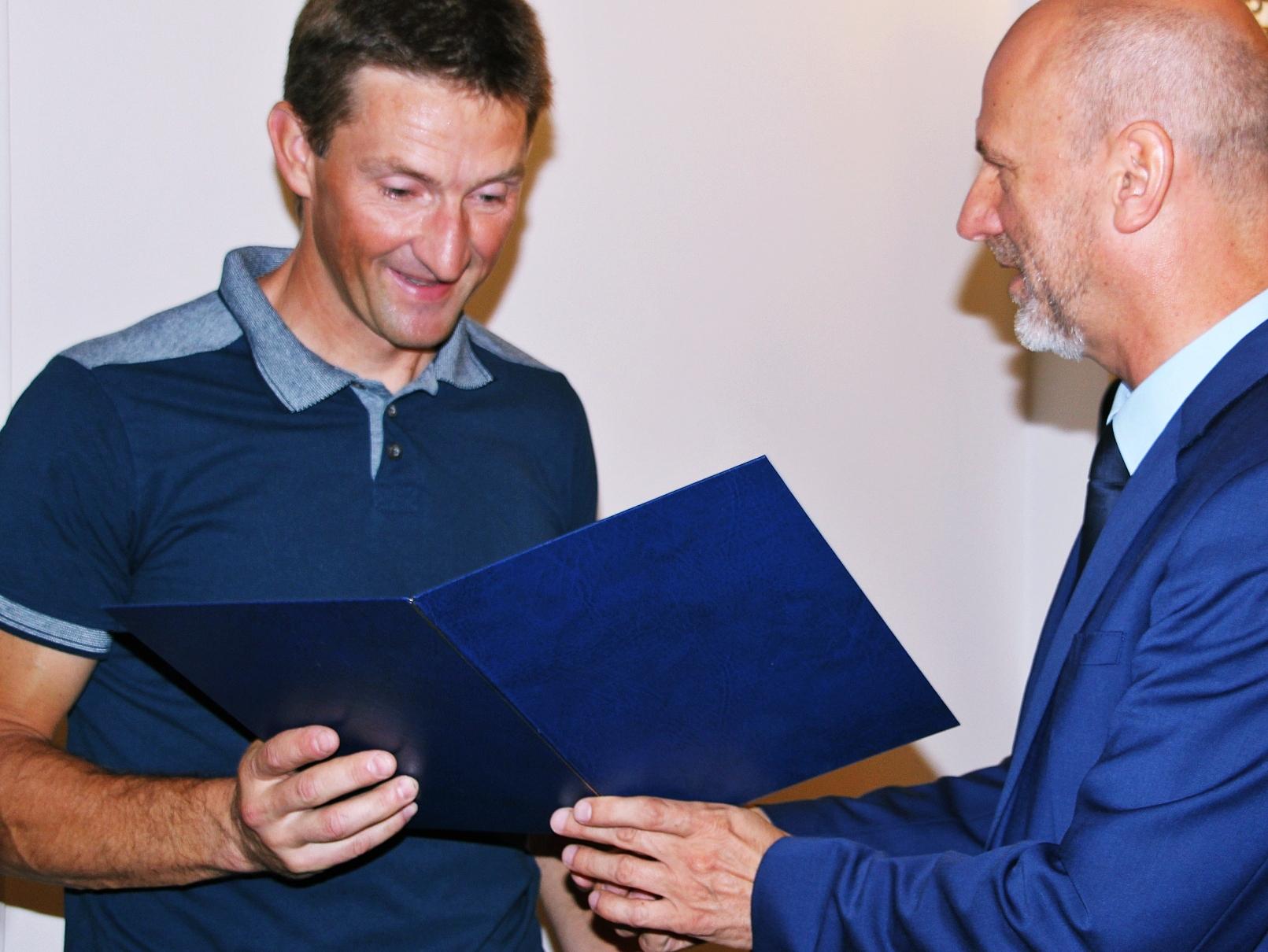 Wiosła w górę! Ultramaratończyk uhonorowany przez burmistrza, Miasto Białogard