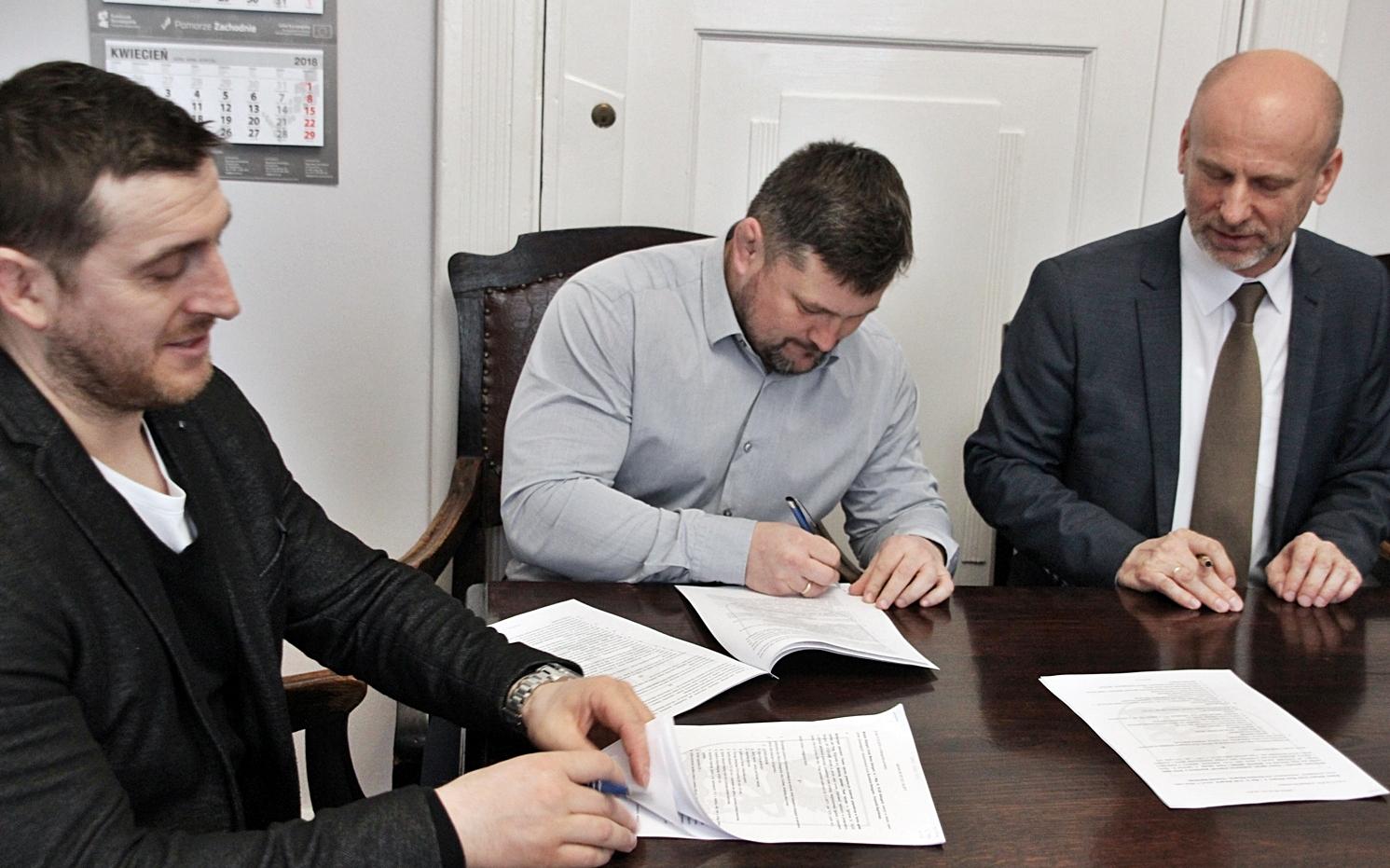 Popisanie umowy przez burmistrza Białogardu z firmą Tech-Kan na przebudowę ulicy Aldony