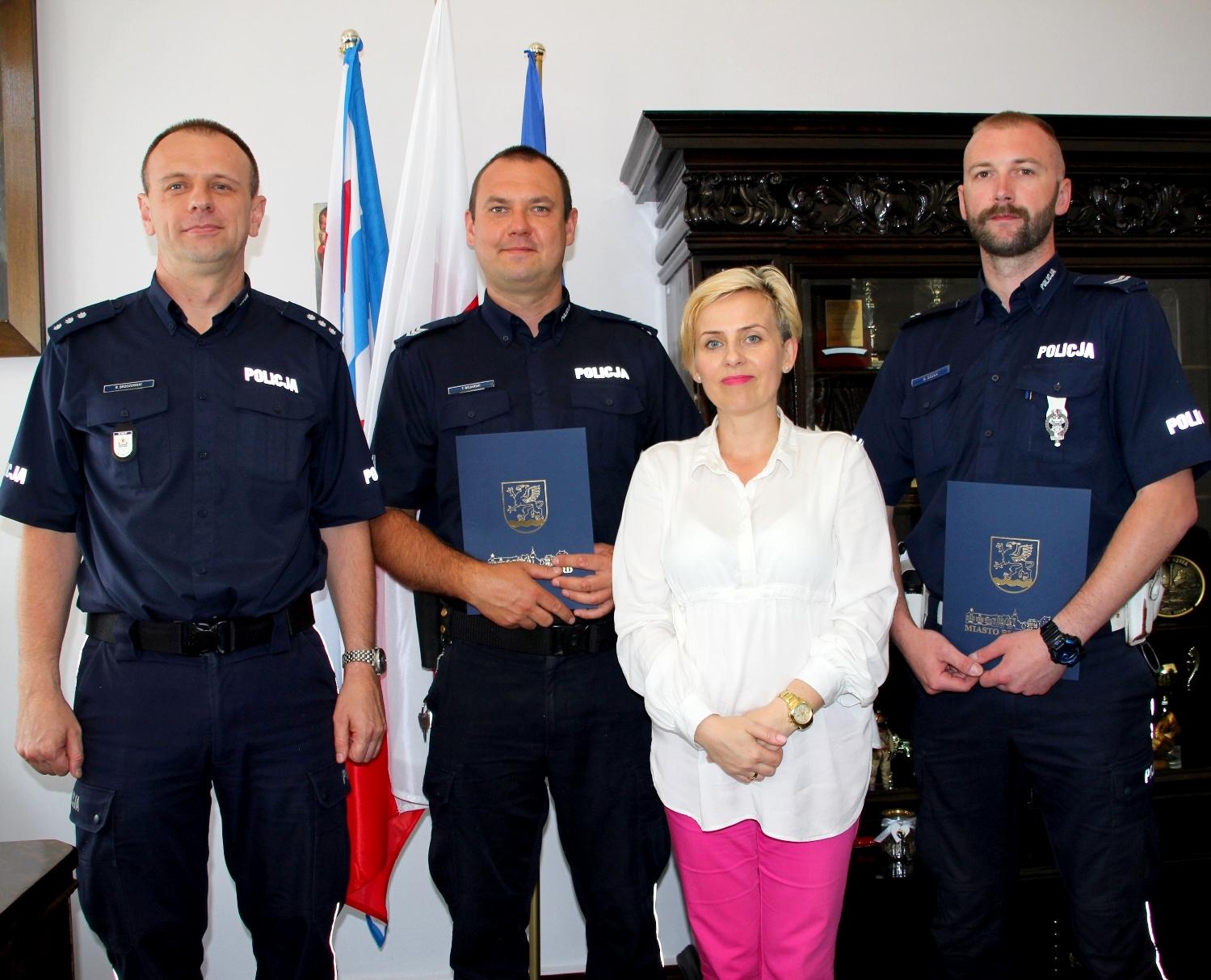 Policjanci ocalili życie dziecka. Burmistrz Białogardu złożyła podziękowania, Miasto Białogard